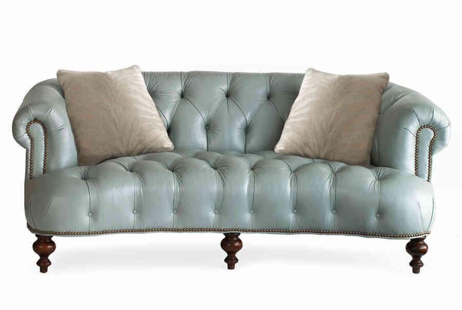 Sofá clásico tapizado y restaurado.